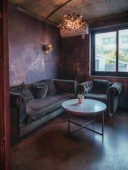 Interior vintage com sofá e paredes vermelhas escuras