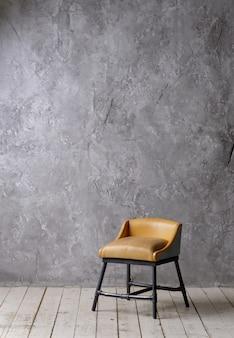 Interior vintage sotão com piso de madeira, texturizado concreto cinzento envelhecido na parede e cadeira