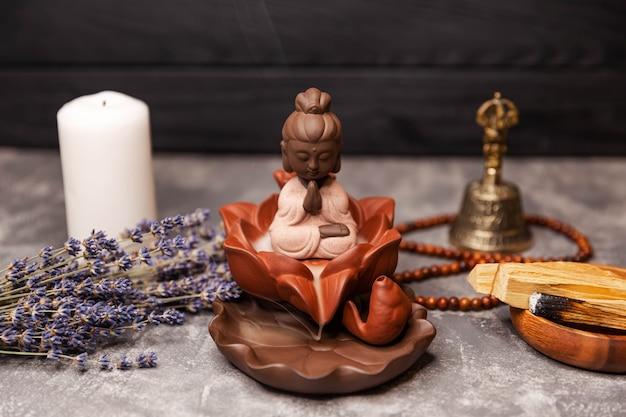 Interior zen calmante de incenso de vela com estátua de buda