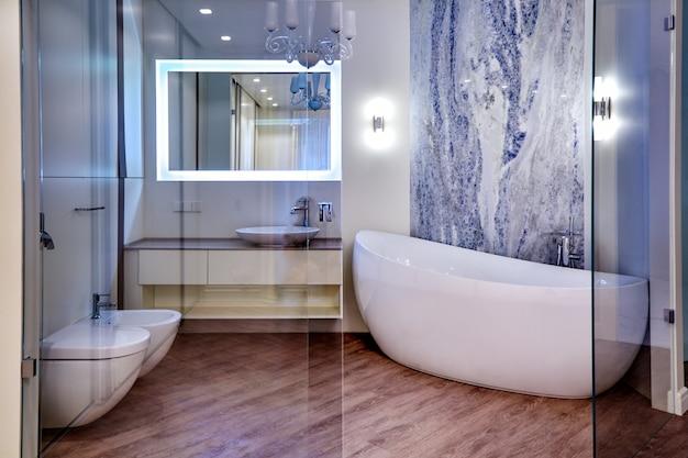 Interiora bonita banheiro moderno. arquitetura de interiores
