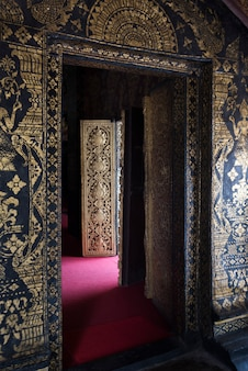 Interiores do templo de wat xieng thong, luang prabang, laos
