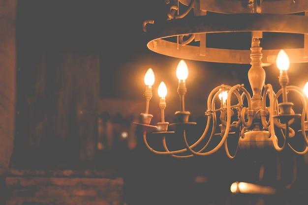 Interiores em casa lustre no teto. candelabro vintage de luxo para decoração de casa.