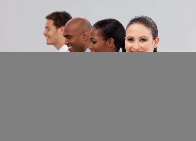 Internacional de pessoas de negócios em uma linha de trabalho em computadores
