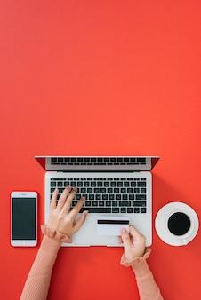 Internet banking. closeup mão da garota digitando os detalhes do cartão de crédito no laptop para concluir o processo de pagamento