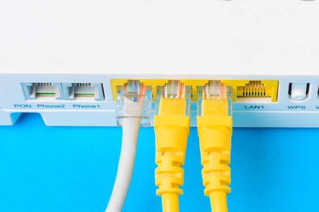 Internet modem roteador hub com um cabo de ligação em fundo azul