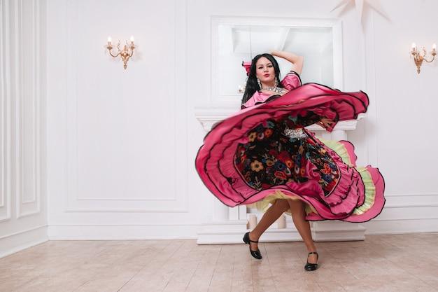 Intérprete de dança cigana em um luxuoso vestido folclórico