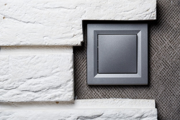 Interruptor de duas chaves na cor cinza perto da porta, interruptor mecânico de plástico. o interruptor de luz é instalado após o reparo. conceito de economia de energia. fechar interruptor de luz