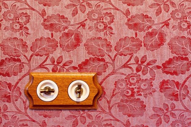 Interruptor de luz de madeira antigo