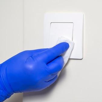 Interruptor de luz para desinfecção das mãos com guardanapo
