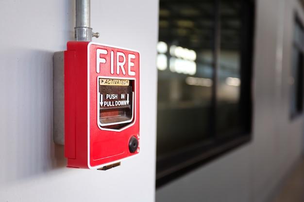 Interruptor do alarme de incêndio na parede na fábrica.