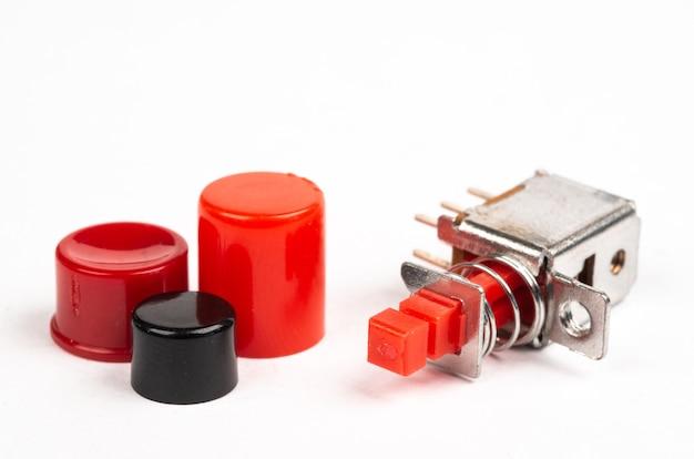 Interruptores elétricos em miniatura com tampas vermelhas isoladas
