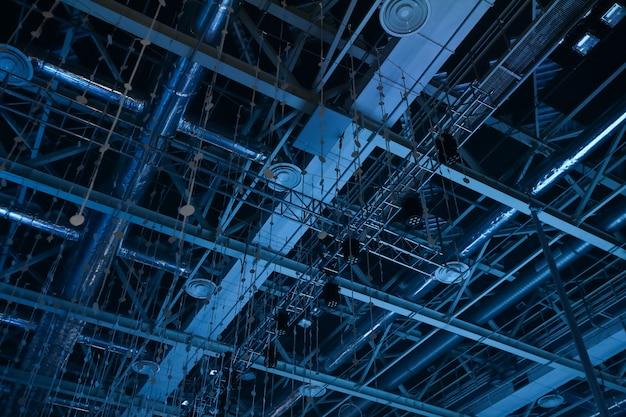 Interseção das vigas de construção na luz azul