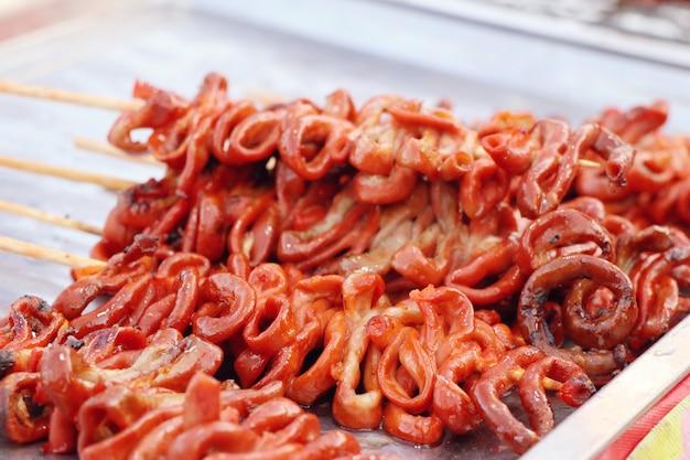 Intestino de frango grelhado na comida de rua