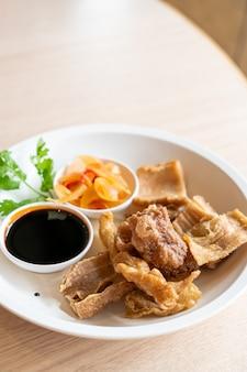 Intestino de porco frito com molho preto doce - comida asiática