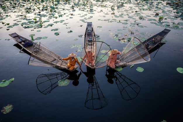 Intha pescadores trabalhando de manhã. localização do lago inle, myanmar.