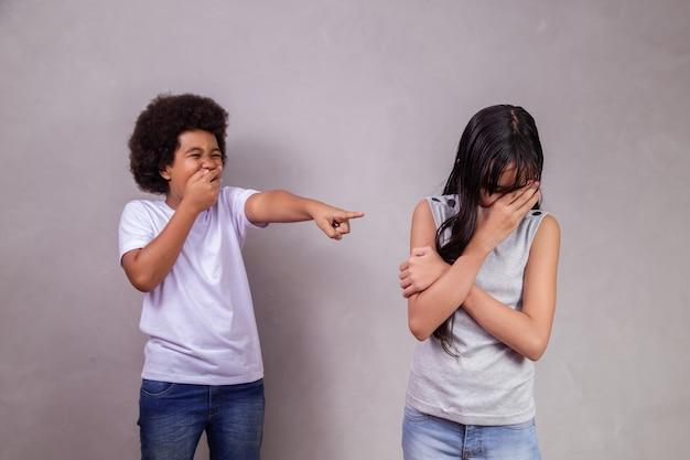 Intimidação de meninos e xenofobia contra menina asiática