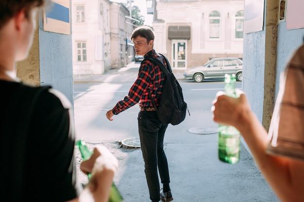 Intimidação na adolescência. geek vs gangue de rua. garoto esperto tem medo de jovens hooligans. hora errada conceito de lugar errado