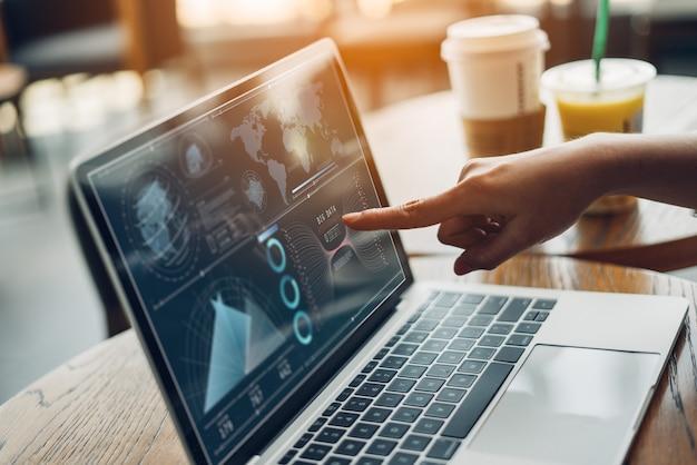 Introspecção e tecnologia da estratégia do plano da analítica mulheres de negócio que trabalham a tabuleta e o computador digitais.