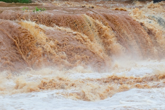 Inundação repentina água rápida vem através de inundação repentina o impacto do aquecimento global