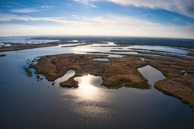Inundações irresistíveis no rio samara, no dnieper, na ucrânia, à noite, luz quente e brilhante