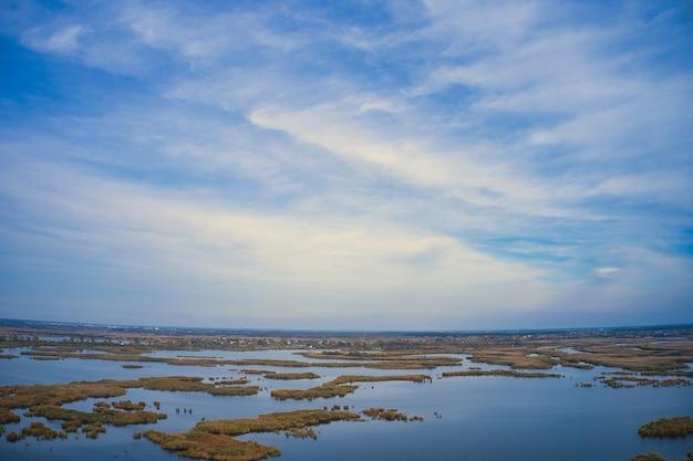 Inundações irresistíveis no rio samara, no dnieper, na ucrânia