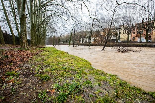 Inundações na cidade de olot, la garrotxa, girona, espanha. janeiro de 2020.