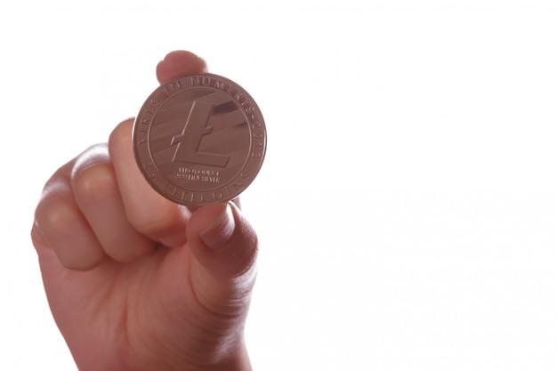 Invente a moeda criptográfica litcoin ltc na mão em um fundo branco