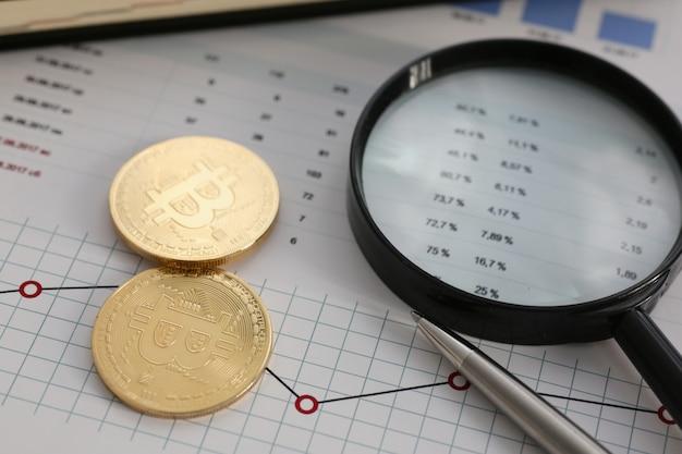 Invente o bitcoin da moeda criptográfica contra uma pirâmide de troca de ouro sujeita a um gráfico em mudança por dinheiro em conexão com o close up da taxa de câmbio de crescimento ou queda.