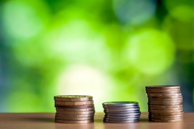 Invente sstacks com fundo verde e azul do bokeh efervescente. crescimento financeiro, economizando dinheiro, riqueza de finanças de negócios e conceito de sucesso.