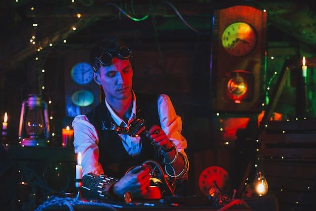 Inventor masculino em um terno steampunk com óculos e uma lupa