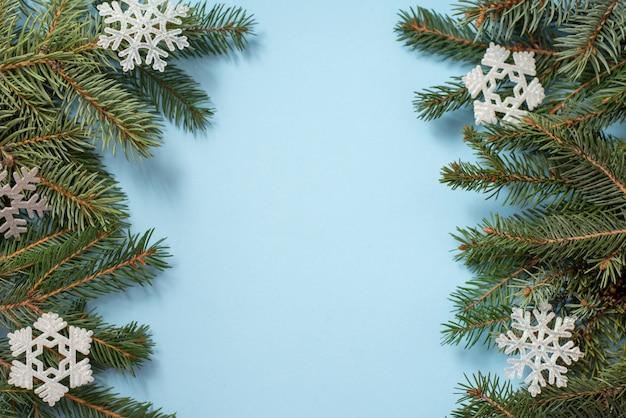 Inverno azul com galhos de árvores e decoração de neve, copyspace