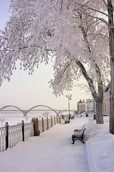 Inverno, cidade de rybinsk, aterro do rio volga.
