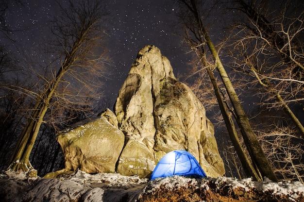 Inverno de acampar nas montanhas.