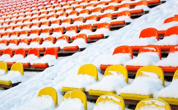 Inverno de estádios coberto de neve.