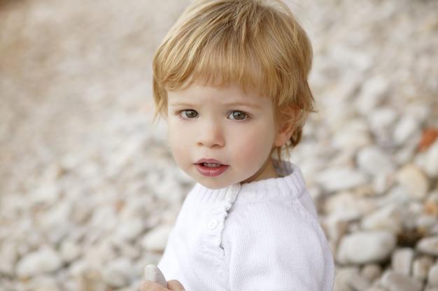 Inverno de retrato de menino ao ar livre
