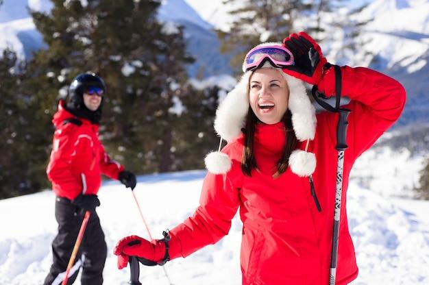 Inverno, esqui - família feliz em uma estância de esqui.