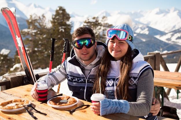 Inverno, esquiadores, almoçando nas montanhas de inverno.