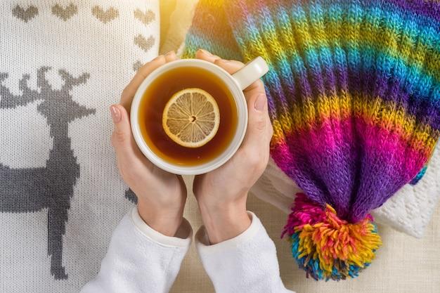 Inverno frio quente com roupas quentes bebidas quentes