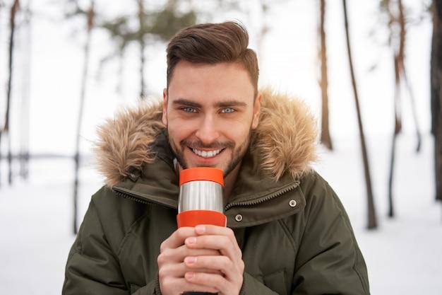 Inverno jovem sorridente