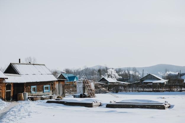 Inverno nevado na aldeia russa. geada da sibéria