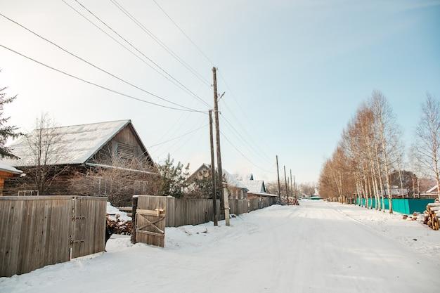 Inverno nevado na geada da vila da sibéria