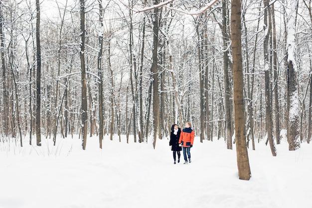Inverno no parque da cidade. casal em winter park.