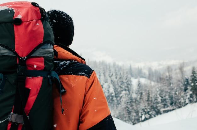 Inverno paisagem montanhosa vista traseira do turista