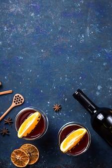 Inverno tradicional e natal bebem vinho tinto quente