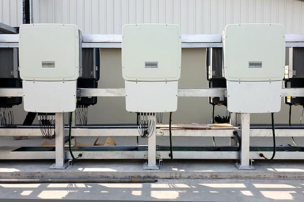 Inversor de energia instalado para telhado solar muda corrente contínua dc para corrente alternada ac