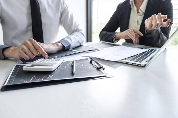 Investidor da equipe de negócios em reunião tendo planejamento e análise de cooperação de parceiros em projeto de marketing de negociação de investimento e apontando os dados apresentados e negociando uma bolsa de valores para lucro.