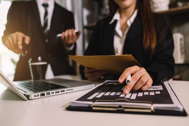 Investidor profissional trabalhando em um novo projeto de start up