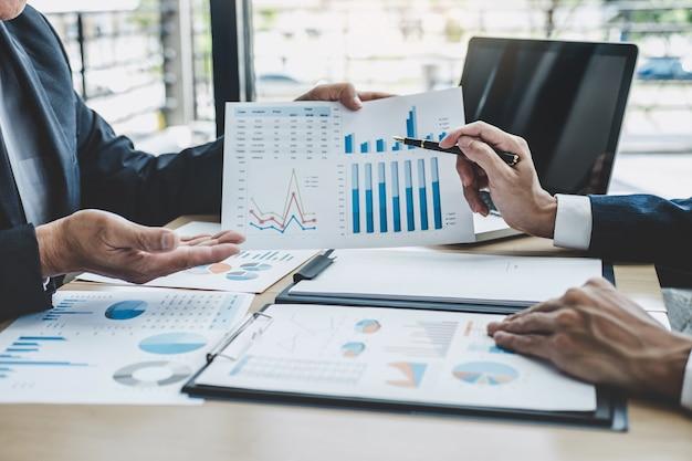 Investidor profissional trabalhando projeto de arranque para o plano estratégico com documento