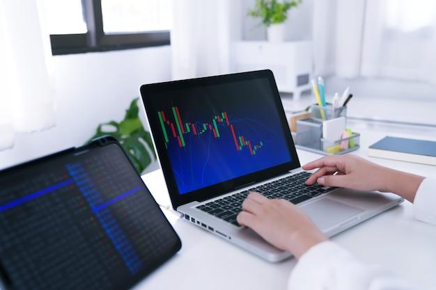 Investidor que negocia moedas criptográficas on-line, trabalho em gráfico doméstico adequado para ações