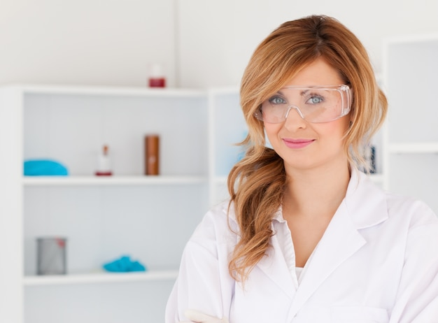 Investigador atraente de cabelos loiros posando